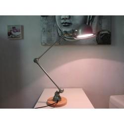 Lampe Jielde 2 bras vert clair industrie sur socle en Cyprès